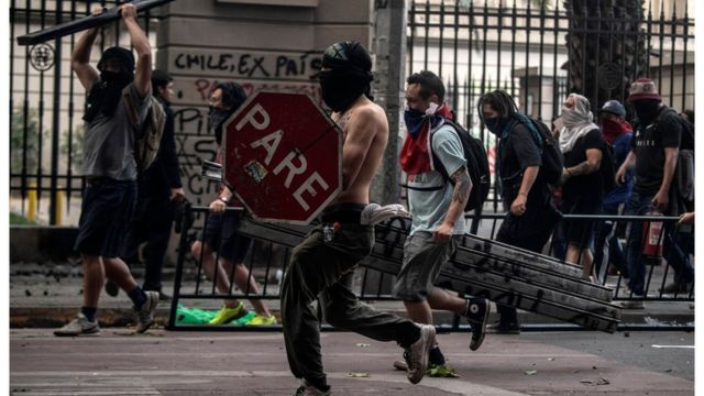 В Чили уже две недели проходят акции протеста
