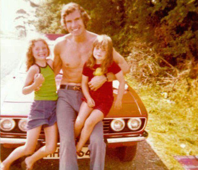 Robin sa ćerkama, Lorejn i Mikaelom