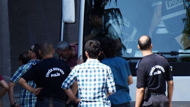 クーデター未遂に関与したとして拘束された兵士を裁判所に運ぶ警察車両(18日、アンカラで)