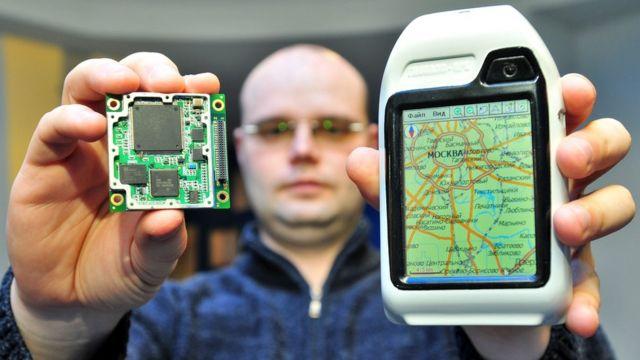 Сотрудник Российского института навигации и времени демонстрирует спутниковый навигатор ГЛОНАСС/GPS (10 декабря 2008 года)