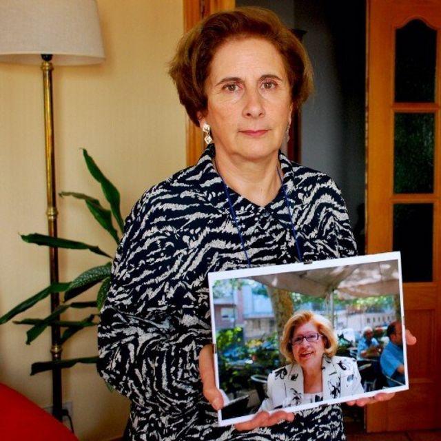 Rossana Castillo, con una foto de su madre, Carmela, que vivía en Monte Hermoso.