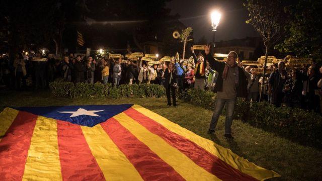 Тысячи каталонцев протестовали возле парламента в Барселоне против задержания региональных министров
