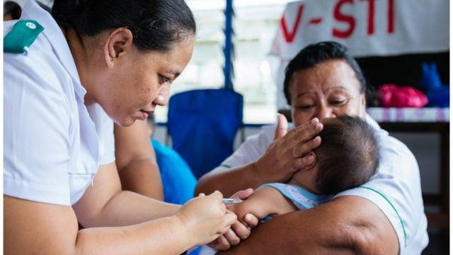 Bebé recibiendo una vacuna
