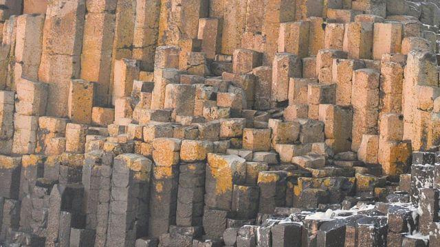 La Calzada del Gigante en Irlanda del Norte es una formación rocosa natural.