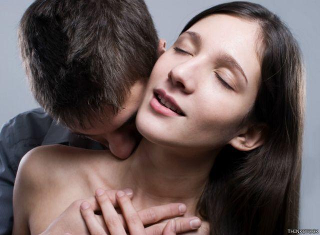 Una pareja acariciándose