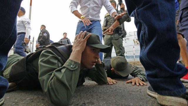 Dos soldados en el suelo