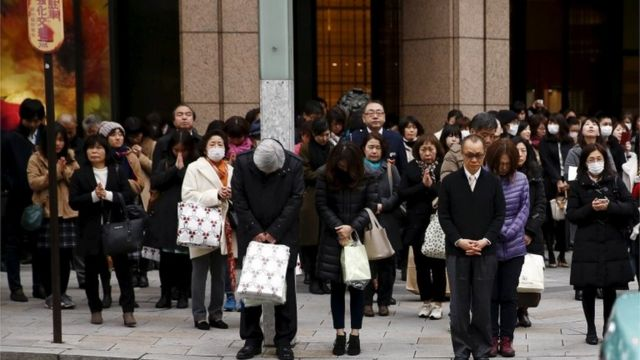 午後2時46分には、町なかでも多くの人が黙祷した(11日、東京・銀座で)