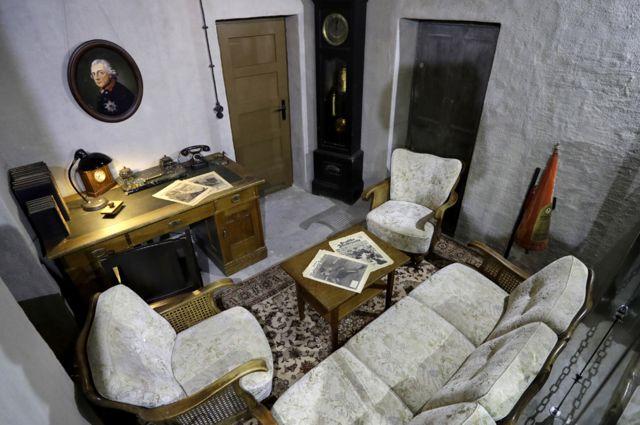হিটলারের বসার ঘরের একটি নমুনা। এটাই ছিলো তার অফিস। কিন্তু আসবাবপত্রগুলো তখনকার সময়ের নয়।