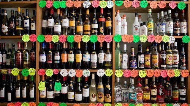 Botellas en un supermercado.