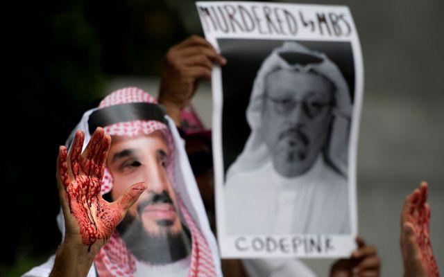 Mão suja de tinta representando sangue, em protesto do lao de fora da Embaixada Saudita nos EUA, seis dias após o desaparecimento de Jamal Khashoggi
