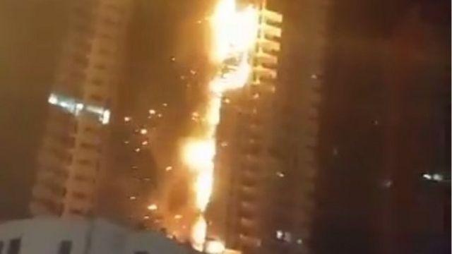 警察がツイッターに載せた火災の様子をとらえた映像から(28日)