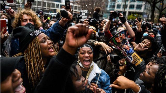 Pessoas comemoram quando o veredicto de Derek Chauvin é anunciado