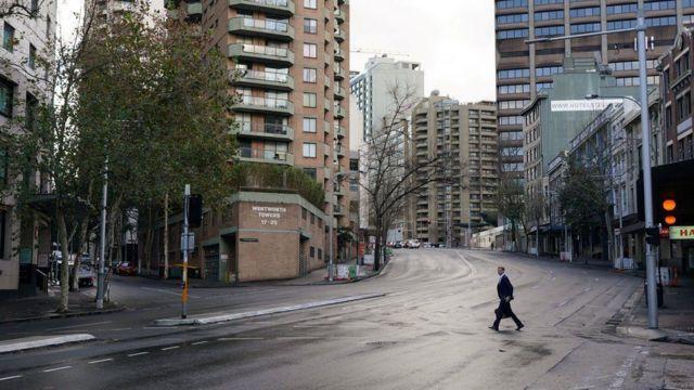 Sokağa çıkma yasaklarının başladığı Sidney sokakları bugün terkedilmiş gibi görünüyor
