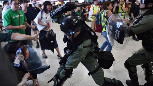 警方在地鐵站內,用警棍制服部分人士。