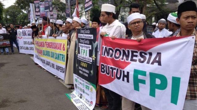 Massa simpatisan FPI mengaku berasal dari berbagai daerah di Jawa Barat, termasuk dari Ciamis dan Tasikmalaya memadati kawasan di depan Gedung Sate, Kota Bandung, pada Kamis (26/01/17).