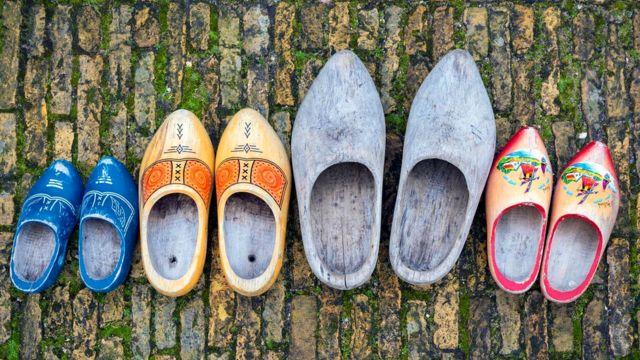 Клоги, деревянные башмаки, фермеры в Нидерландах носили на протяжении столетий - это важная часть исторического наследия страны