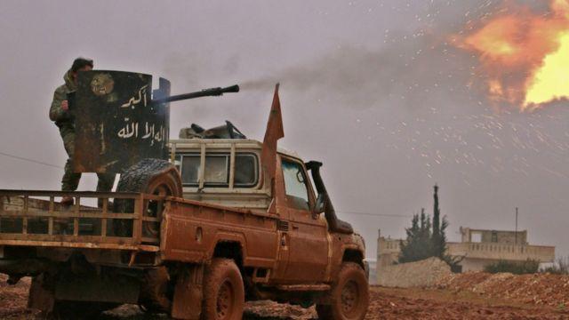 مقاتلو المعارضة السورية يطلقون النار صوب مواقع لتنظيم الدولة الاسلامية في مدينة الباب