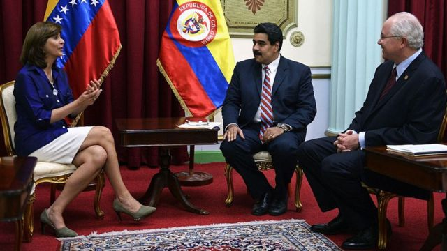 El presidente Nicolás Maduro junto a Rafael Ramírez cuando era ministro de Relaciones Exteriores y la canciller colombiana Maria Angela Holguin.
