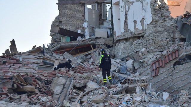 Un rescatista busca a sobrevivientes en Pescara del Tronto.