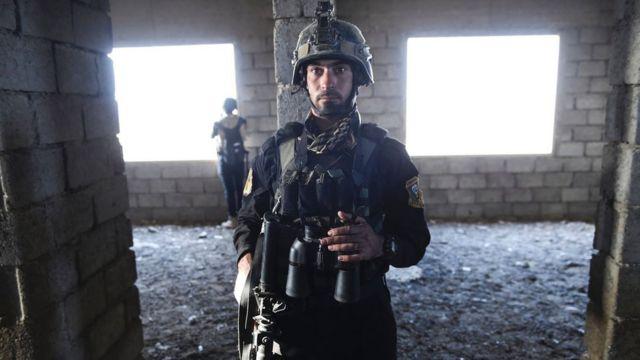 モスル東郊のバズワヤ村に入ったイラクCTS兵(31日)