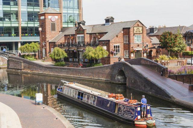 霍金斯说,伯明翰这个城市的运河比威尼斯还多,而且珠宝区更是前沿时尚和传统技艺相融合的宝地。