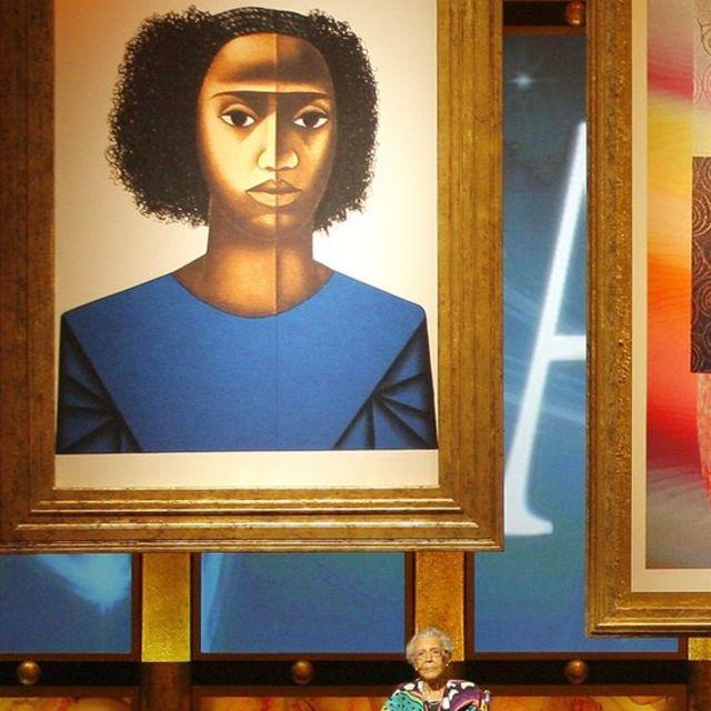 Elizabeth Catlett di depan lukisannya, Keisha M, saat penganugerahan Image Awrads Key of Life Award, tahun 2009