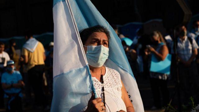 Manifestante frente al Congreso con la bandera de Argentina.