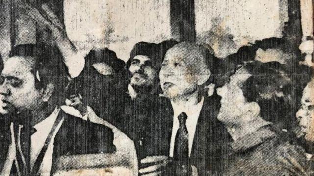 中国时任驻卡拉奇总领王第三放飞35只白鸽(当地报纸JANG档案照片)