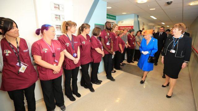الملكة إليزابيث تزور ضحايا هجوم مانشستر في المستشفى