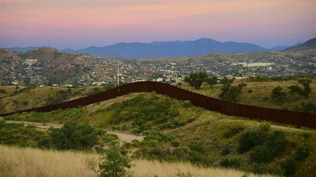 米国とメキシコの国境沿いにはすでに一部、障壁が設けられている