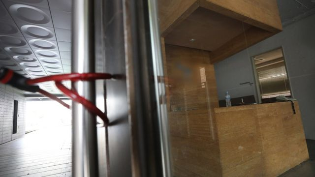 이재용 삼성전자 부회장의 '프로포폴' 상습투약 의혹 관련 보도가 나온 13일 오후 서울 강남의 한 병원 출입구가 자물쇠로 잠겨있다