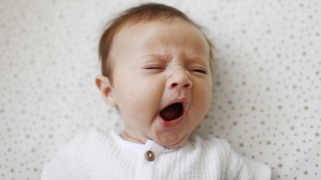 Un bebé bostezando.