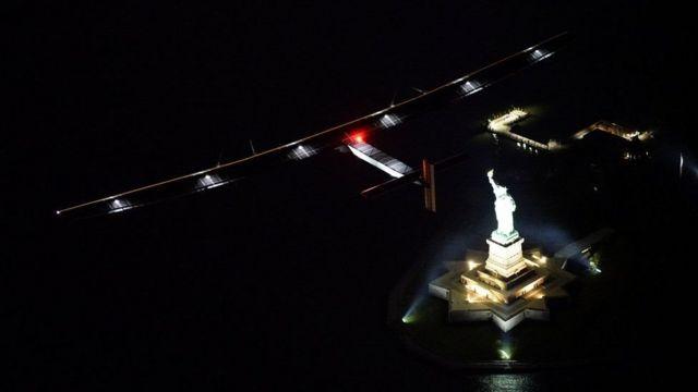 Solar Impulse sobrevoa Estátua da Liberdade