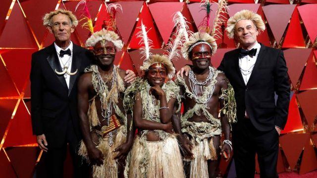 Martin Butler y Bentley Dean con el elenco de Tanna