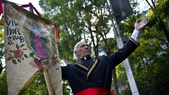 Un hombre personifica a Miguel Hidalgo