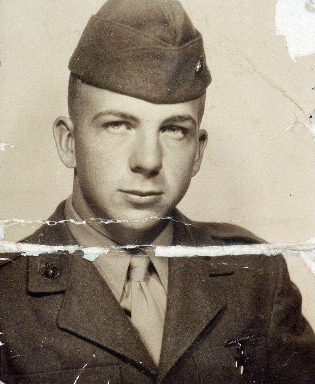 Lee Harvey Oswald de uniforme - esta fotografia foi encontrada na carteira dele no dia em que foi preso acusado do assassinato do presidente Kennedy