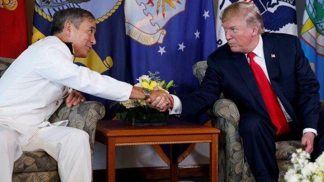 하와이의 태평양사령부를 방문한 트럼프 대통령이 해리 해리슨 사령관과 악수를 하는 모습