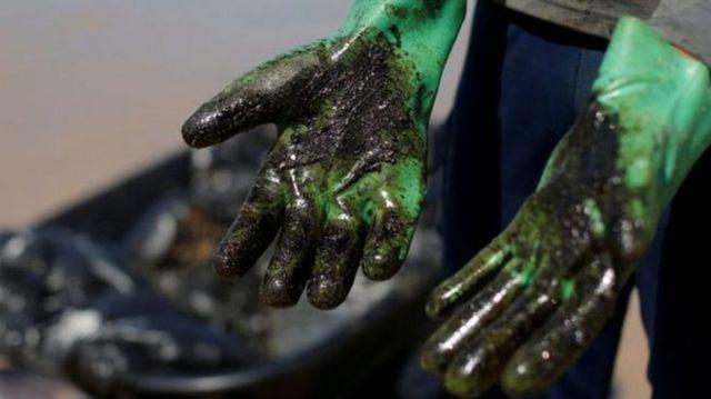 Luvas sujas de óleo