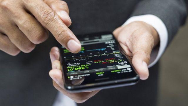 Un uomo acquista criptovaluta nelle applicazioni mobili.