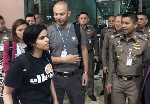 Rahaf Mohammed al-Qunun fala com o chefe da polícia de imigração Surachet Hakparn no aeroporto internacional Suvarnabhumi em Bangcoc