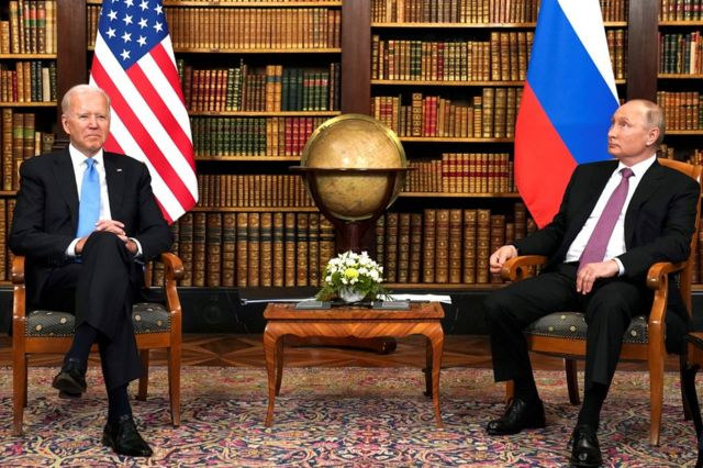 جو بايدن (إلى اليسار) وفلاديمير بوتين