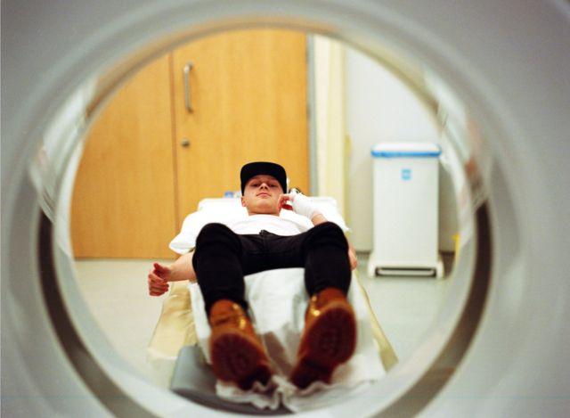 Joe aguardando para fazer uma tomografia