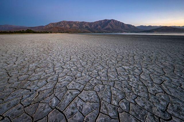 تصویری از کف دریاچه وان در شرق ترکیه که بر اثر خشکی ترک خورده است