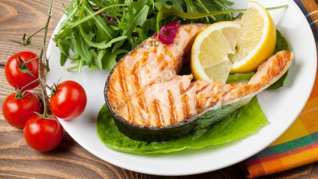 Plato de salmón y vegetales