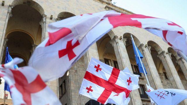 Грузинские флаги у здания парламента