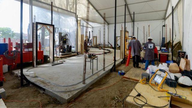 Fotografía de las primeras etapas de la casa siendo construida.
