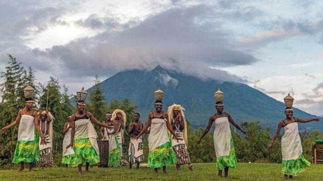 Un certain nombre de danses populaires rwandaises imitent le mouvement des vaches.