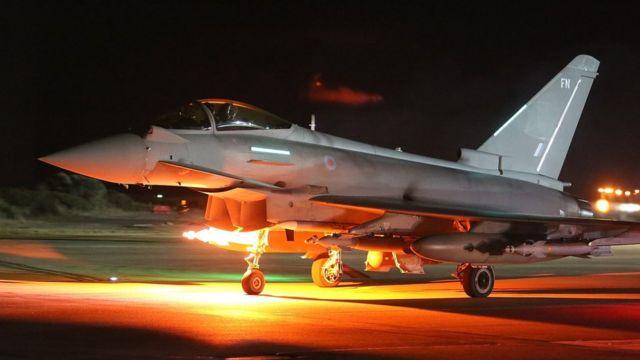 シリア空爆に出撃する英空軍機(4日、キプロスのアクロティリ英空軍基地)