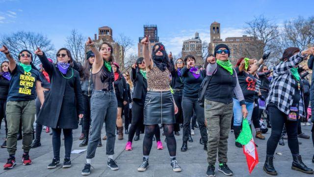 Marcha feminista creada por Las Tesis y replicada en Nueva York.