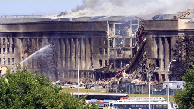 Las teorías conspirativas sugieren que un misil cayó sobre el Pentágono.